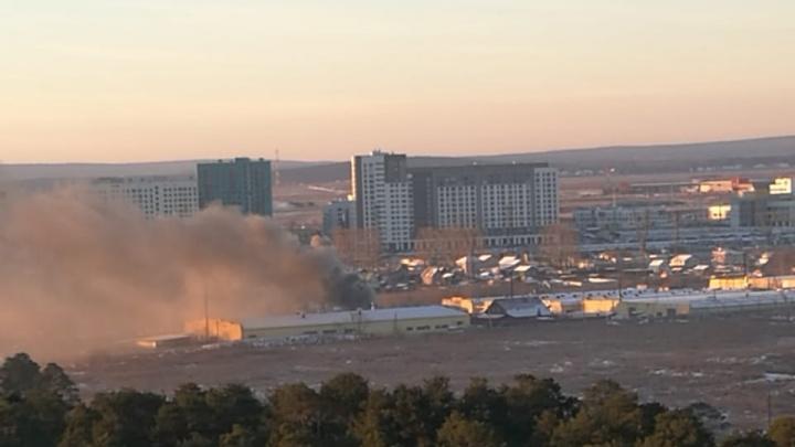 Дым на всю округу: под Екатеринбургом горели склады с утеплителем для труб