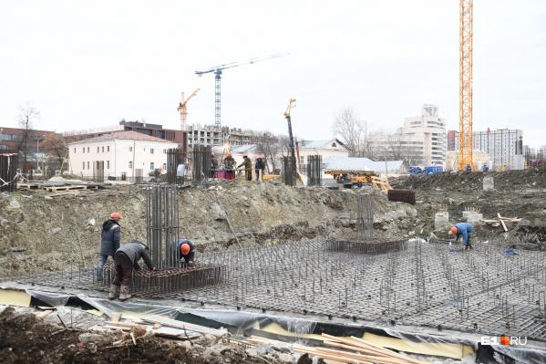 Строители уже возводят надземную часть здания