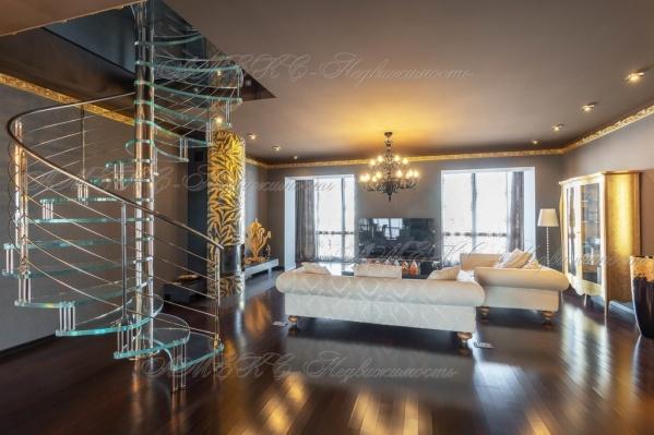 В квартире два этажа и довольно высокие потолки