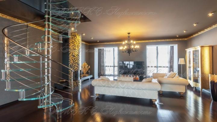 В «Старгороде» за 25 миллионов продают двухуровневую квартиру с печью-камином и прозрачной лестницей