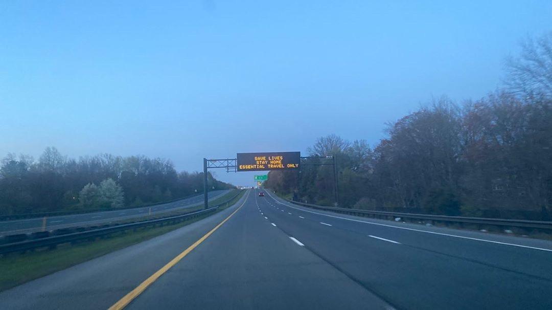 В сообщении над проезжей частью написано, чтобы водители остались дома и спасли жизни. Людей просят решаться на поездку только в случае крайней важности