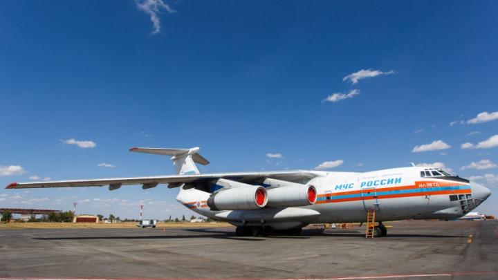 Самолет Ил-76 вылетает из Москвы в окруженный огнем Волгоград