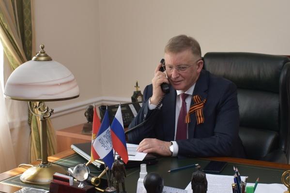 «А еще мы с вами должны отметить ваше столетие», — сказал в своем поздравлении одному из фронтовиков ректор ЮУрГУ Александр Шестаков