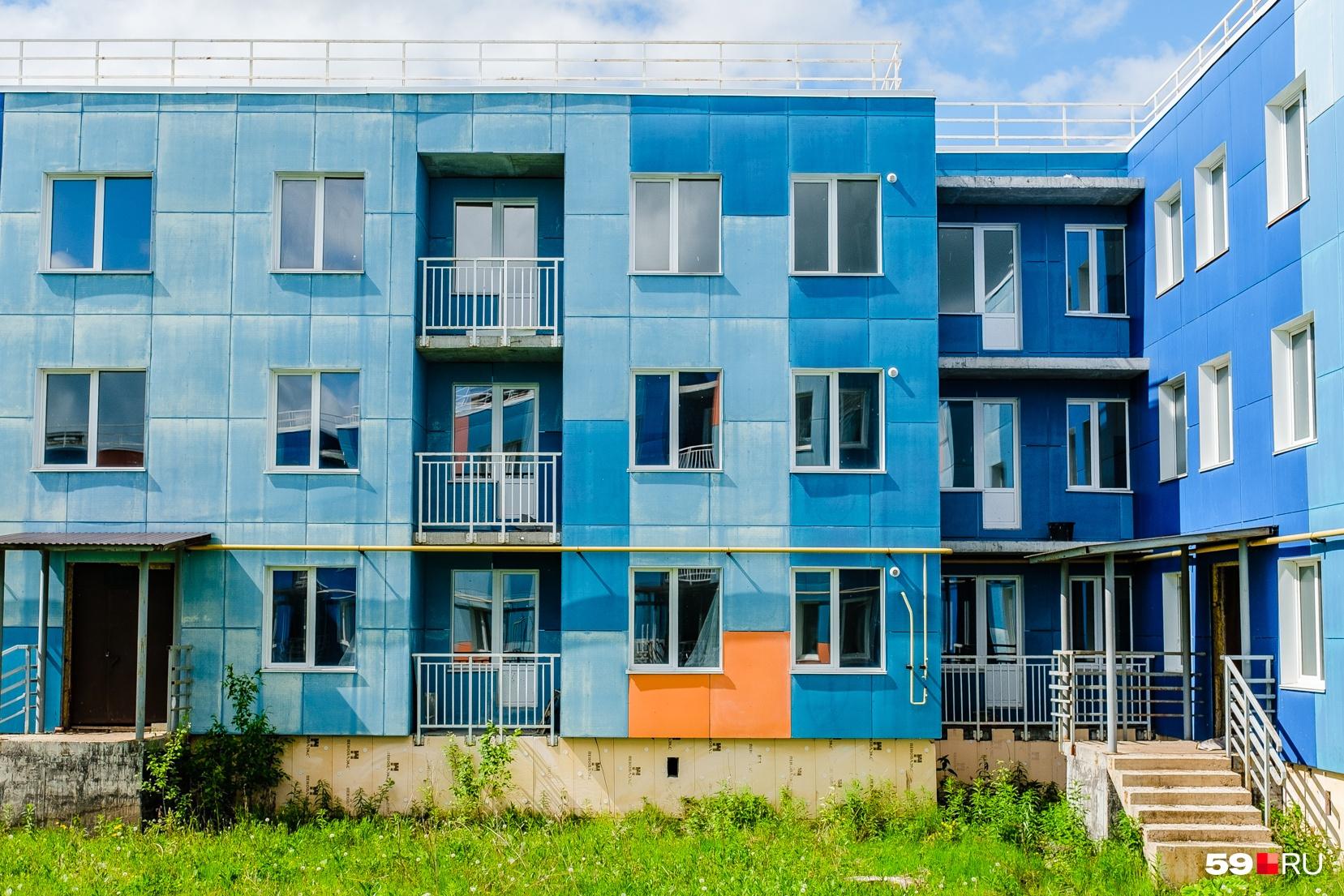 Дома разноцветные и с виду выглядят хорошо, но жить в них невозможно