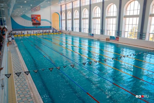 О водных процедурах в бассейнах пожилым людям пока придется забыть