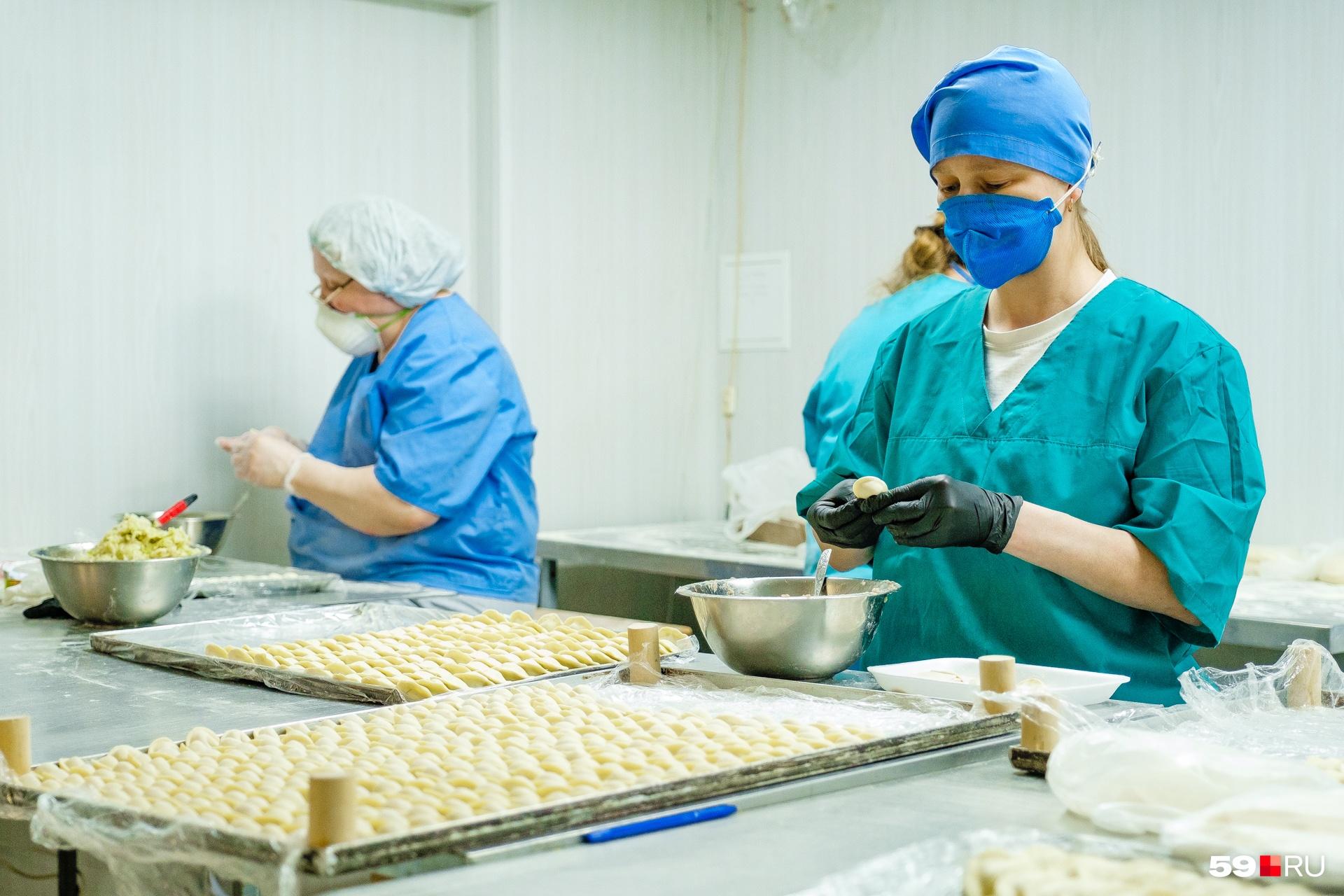 Все работницы цеха — в перчатках и масках