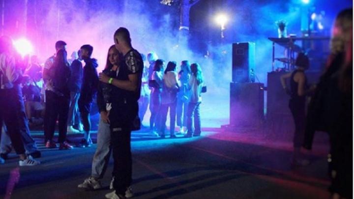 Массовую вечеринку молодежи на Шарташе пришлось закончить из-за того, что девушке стало плохо