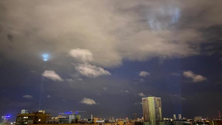 Горожане заметили над Екатеринбургом световые столбы. Объясняем, откуда они