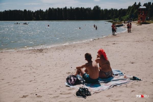 По-настоящему летняя жара побудила многих поехать загорать и даже купаться. Этот кадр сделан в прошлом году, когда была такая же духота. В этом году на пляжах людей в разы меньше, но все равно есть