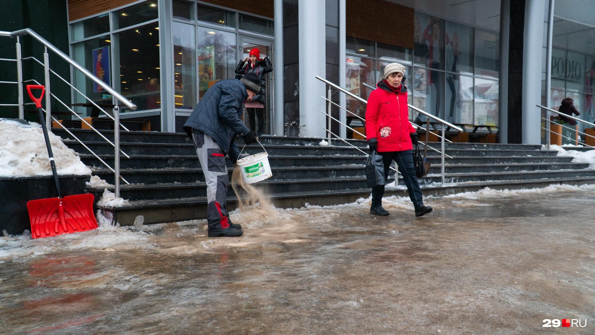 Во время падения на лед в МЧС рекомендуют сгруппироваться и перекатиться — звучит почти как прием ниндзя
