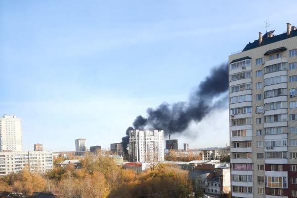 Над районом поднялся черный столб дыма
