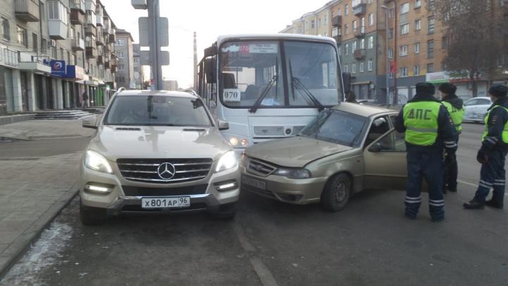 На Малышева автобус зажало между Nexia и Mercedes из-за резкого маневра на дороге