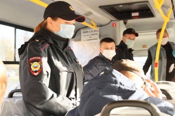 Штраф за нарушение масочного режима для граждан — от 1 до 30 тысяч рублей, для предпринимателей — от 30 до 300 тысяч рублей