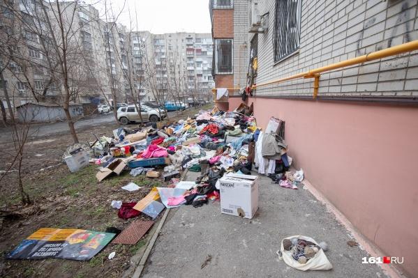 Пару дней назад женщина выбросила много вещей из окна