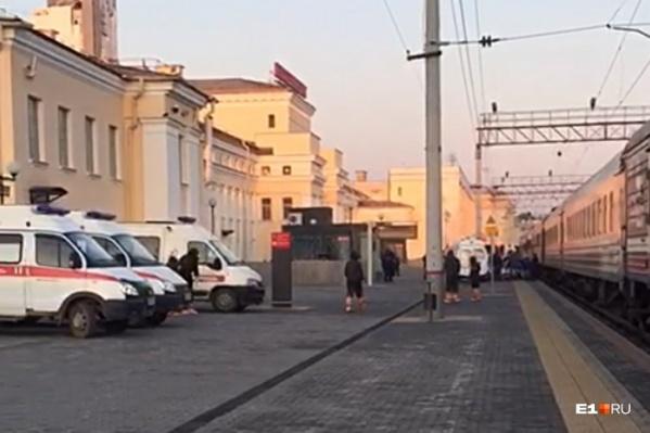Пассажиров поезда № 72, в котором ехала пермячка, на вокзале Екатеринбурга встречали машины скорой помощи