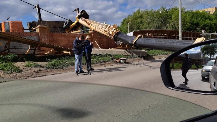 В Самаре строительный автокран упал на проезжую часть
