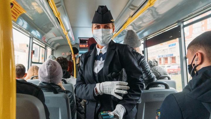 «Мечтала быть военным»: в омском автобусе работает кондуктор в форме стюардессы