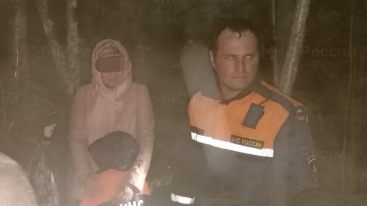 Заблудились в поисках малины: спасатели вывели из леса архангелогородку с тремя внуками
