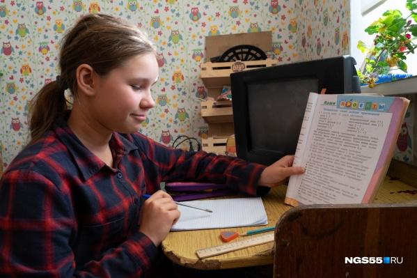 Из-за пандемии дети сейчас занимаются дома, а не в школе. Получается довольно противоречиво