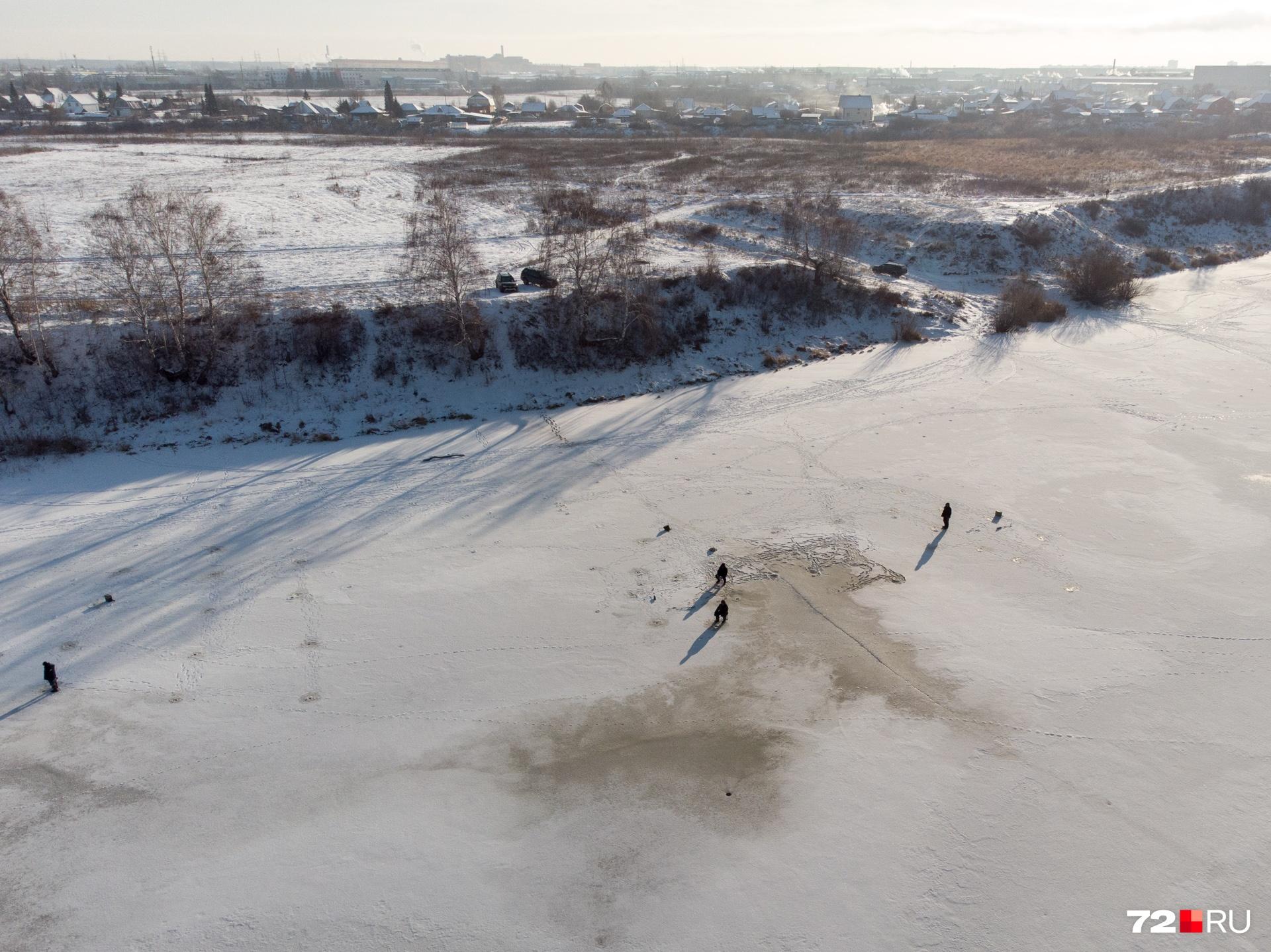 Со стороны кажется, что лед еще не крепкий и выходить на него опасно.Городские власти даже организовали дежурство спасателей около городских водоемов