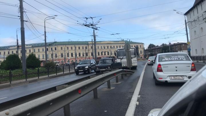 В центре Ярославля пассажирский автобус врезался в легковушку
