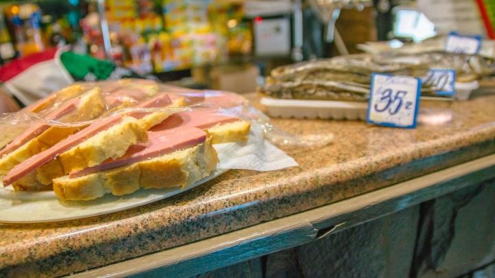 В самарских магазинах нашли сосиски и колбасу с запрещенными добавками