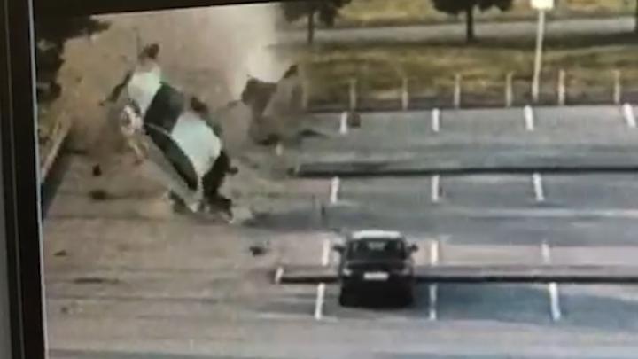 Volkswagen пролетел в воздухе, подмяв дерево: момент ДТП в Кольцово попал на видео