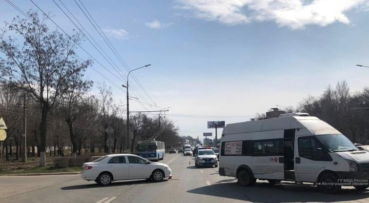 В Волгограде в столкновении маршрутки и иномарки пострадала пенсионерка