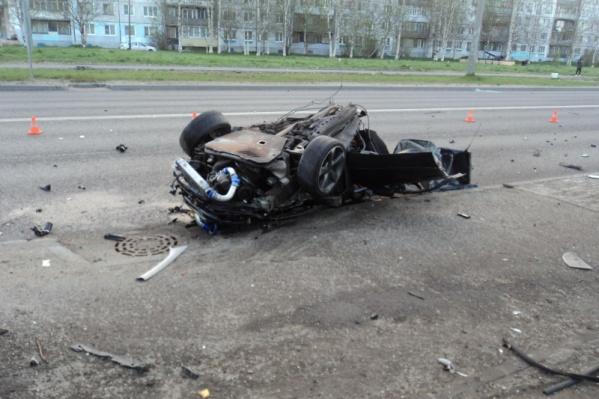 После удара машины о столб мужчина скончался на месте. Его тело из искореженного автомобиля доставали спасатели