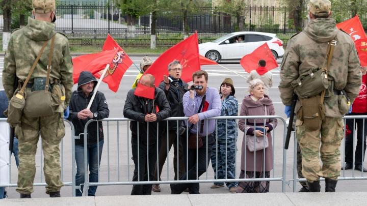 Люди кричали, полицейские сохраняли спокойствие: волгоградцы попытались взять штурмом закрытый Мамаев курган