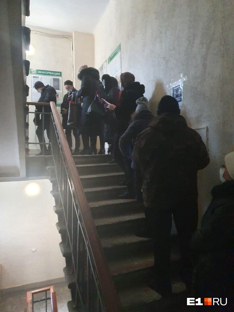 Часть людей ждала своей очереди в здании, другая — на улице