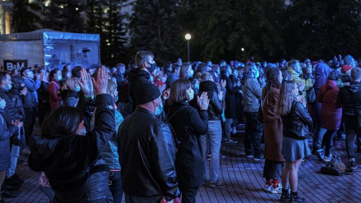 Глава оперштаба рассказал, почему разрешены толпы людей у драмеатра в Архангельске, а кино — закрыто