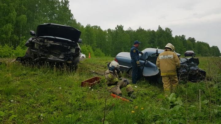 На трассе Екатеринбург — Тюмень водитель «Волги» пошел на обгон и протаранил встречный Land Cruiser
