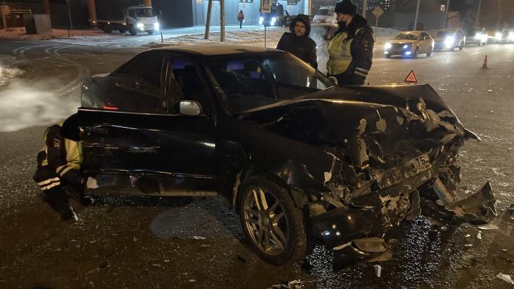 В Кировском районе автомобиль такси столкнулся с «Тойотой» — пострадала женщина