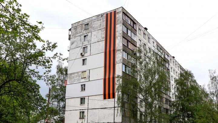 Многоэтажки с георгиевскими ленточками: 9 снимков праздничного оформления Нижнего Новгорода на 9 Мая