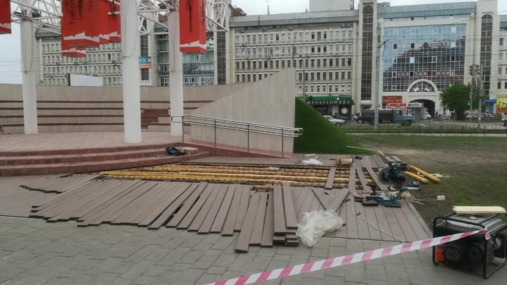 На бульваре Мартынова начали ремонтировать террасную доску