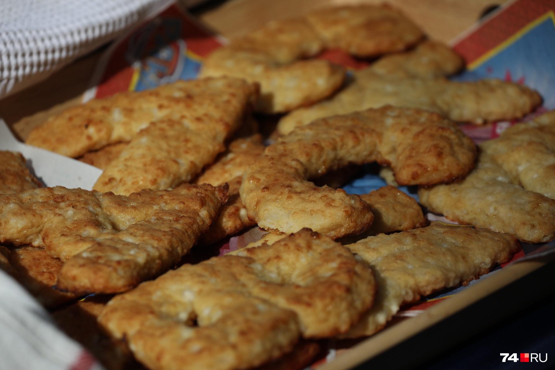 В конце линейки школьникам раздали печенье-буквы, которое их родители делали сами