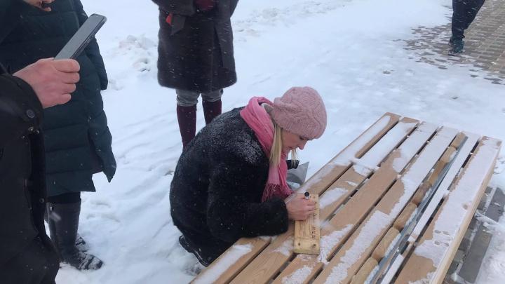 В Солнечном активисты открутили и сдали на экспертизу доски от новых лавок в «путинском» сквере
