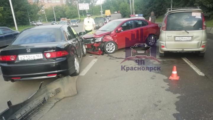 «Хонда» выписала крутой вираж на Калинина и влетела во встречное авто — есть пострадавшая
