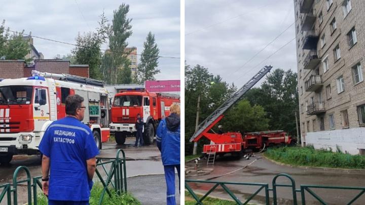 Пострадавших вытаскивали из окон: в Ярославле загорелось общежитие