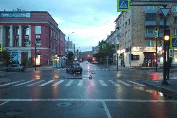 Парень проехал на красный сигнал светофора
