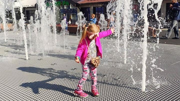 В Ленинском районе Кемерово запустили новый фонтан с подсветкой