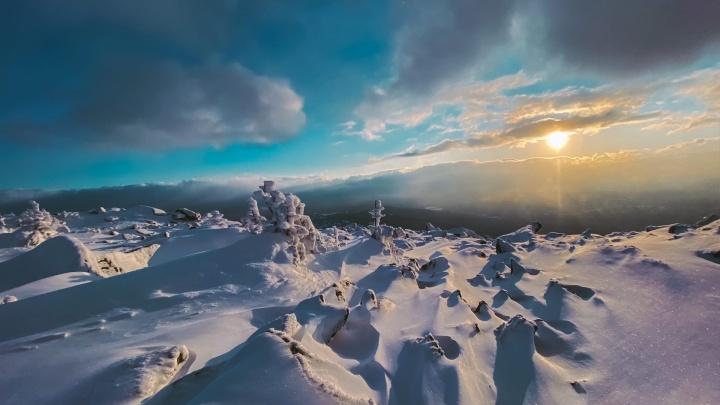 Новосибирец снял с высоты потрясающе красивый закат на вершинах Шерегеша