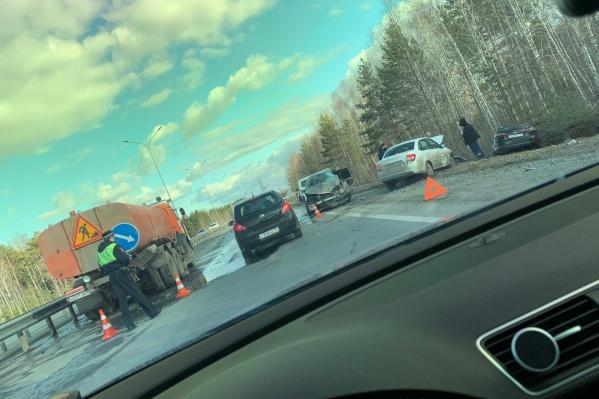 Три легковушки и машина дорожников столкнулись на объездной