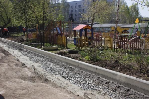 Теплая весна позволила начать благоустройство городских дворов раньше, чем обычно