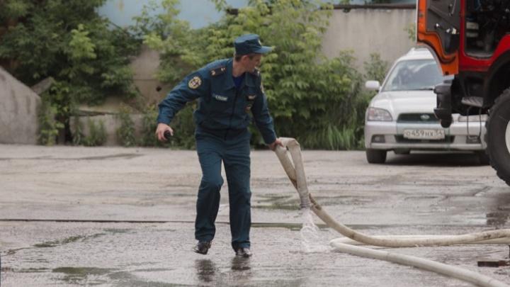 Полностью в огне: в Ленинском районе Новосибирска загорелся частный дом