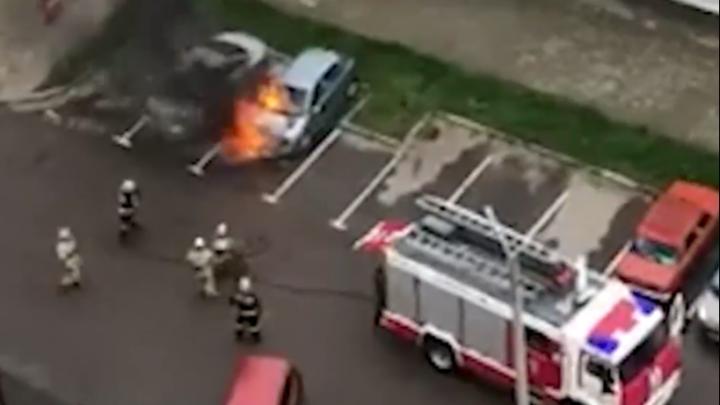 В Ярославле среди бела дня сгорели три автомобиля. Видео