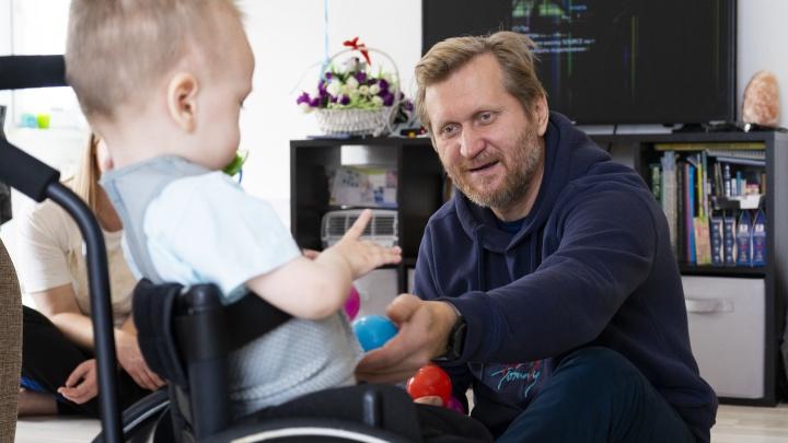 «Мама — настоящий боец». Андрей Рожков поддержал Сашу Лабутина, которого спасет самый дорогой укол в мире