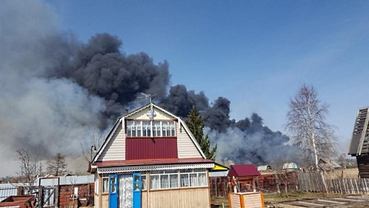 «Болото горит, как покрышки»: Железногорск заволокло черным дымом