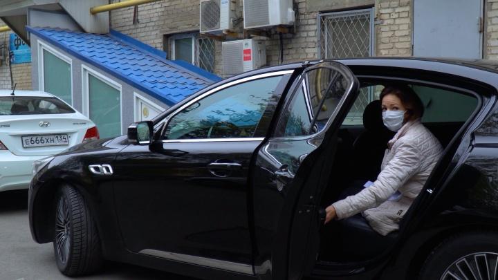 В Волгограде терапевтам отдали старый седан губернатора Андрея Бочарова. На новом он ездит сам